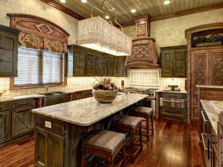 Средиземноморский стиль на кухне примечателен своей натуральностью и незамысловатостью. Деревянная мебель с резными, фактурными узорами не только привлекательно выглядит, она также практична и функциональна.