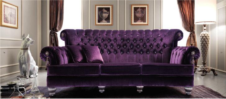 Насыщенный фиолетовый цвет обивки дивана органично вписывается в интерьер гостиной в стиле ампир. Стеганая обивка из натуральной ткани, пожалуй, лучшее решение.