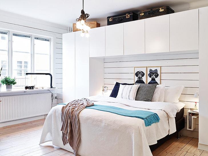 Для оформлении спальни в скандинавском стиле использовалась модульная мебель. Функциональный гарнитур не перегружен лишними деталями и фурнитурой.