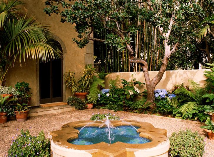 Фонтан для оформления внутреннего двора подобран в соответствии с требованиями средиземноморского стиля.