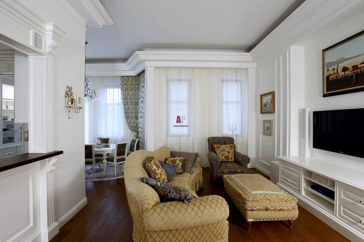 Для оформления гостевой комнаты использовались светлые тона. Мебель бежевого цвета гармонично сочетается с белой отделкой стен.