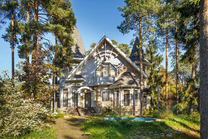 Дизайнерский проект для дома в стиле ампир был создан специально по заказу. Оформление двора также соответствует стилю .