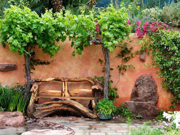 Лавка из коряг - идеальное украшение ландшафта в деревенском стиле. Экономичный вариант декора для простого, скромного двора.