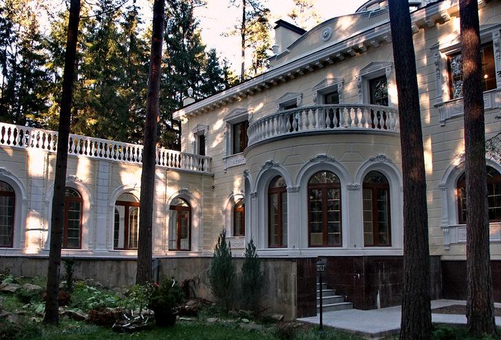 Загородный особняк оформлен в стиле ампир. Запоминающийся фасад свидетельствует о непревзойденном вкусе своего владельца.