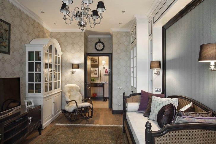 Примечательной особенностью интерьера гостиной в стиле неоклассика становится кресло-качалка из натурального дерева.