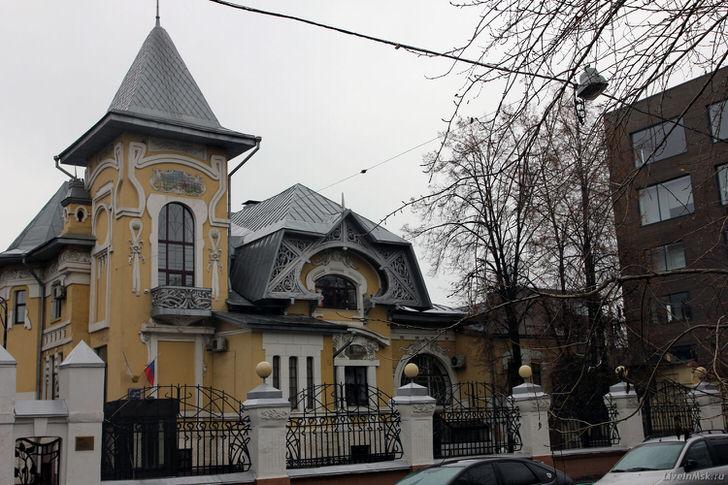 Нестандартное оформление фасада в стиле ампир с отголосками стиля модерн.