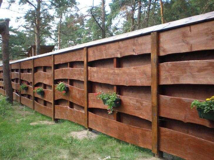 Модульный забор из дерева для дома в стиле шале.