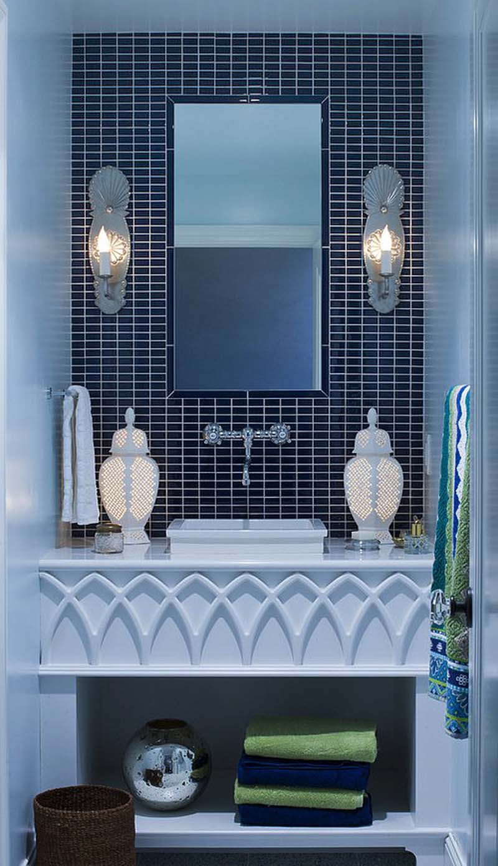 Дизайнерский проект для ванной в средиземноморском стиле подразумевает использование для отделки комнаты белой и темно-синей плитки. Контрастное сочетание цветов зрительно расширяет пространство.