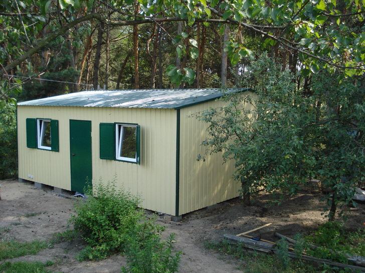 Модульный дом небольших размеров подходит для загородного отдыха. Правильно организованный участок в комплекте с модульным строением - отличный вариант загородной недвижимости.