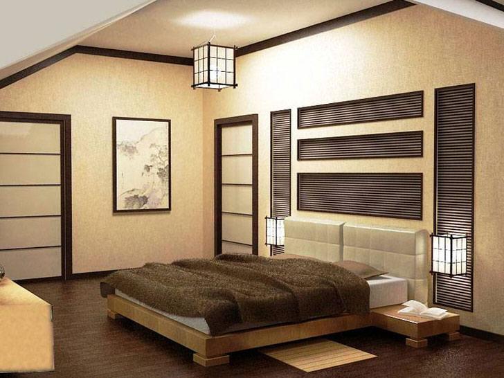 Спальня в стиле японского минимализма оформлена в бежевых и коричневых тонах. Внимание привлекают приборы освещения. Потолочная люстра выполнена в одном дизайне с прикроватными светильниками.