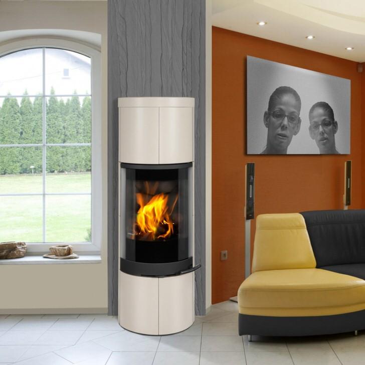 Печь-камин в корпусе белого цвета изысканно вписывается в контрастный, красочный дизайн гостевой комнаты загородного дома.