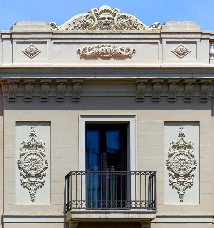 Архитектурные элементы в виде лепнины из гипса украшают фасад дома в стиле ампир. Вычурные, замысловатые узоры делают экстерьер необычным.