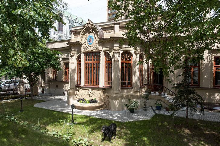 Стиль ампир примечателен искусным оформление фасада здания.