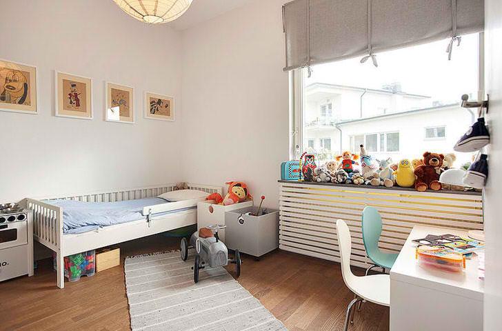 Комната мальчика-подростка оформлена в скандинавском стиле. Незначительные элементы декора не являются навязчивыми, делают атмосферу легкой и непринужденной.