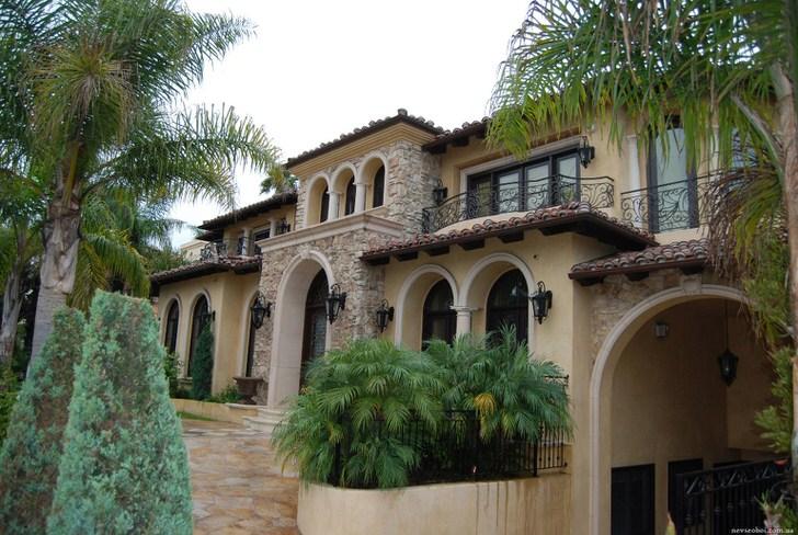 Арочные проемы - актуальная примечательная особенность средиземноморского стиля. Для оформления ландшафтного дизайна используются экзотические растения.