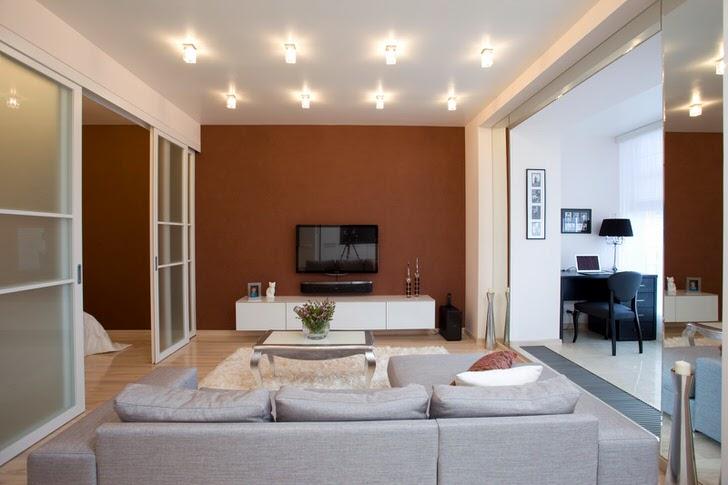 Дизайнерский проект делит квартиру-студию на три приблизительно равных участка. Гостиную от спальни отделяют огромные раздвижные двери.