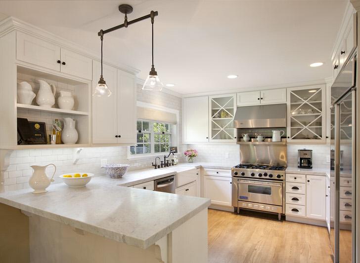Средиземноморский стиль любит светлые оттенки. В особенности популярным является белый цвет. Стильный кухонный гарнитур П-образной формы и встроенная техника органично смотрятся в общей дизайнерской концепции.