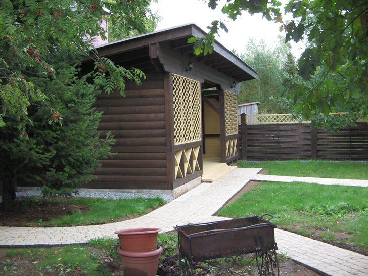 Темная беседка из дерева в стиле шале - популярный выбор современных владельцев загородной недвижимости.