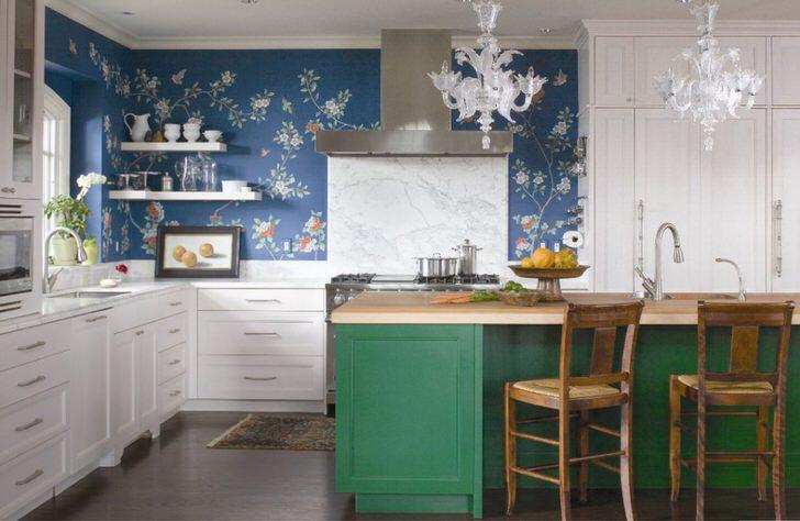 Допустимо также сочетание ярких цветов. Бело-зеленый кухонный гарнитур идеально сочетается с синими обоями с цветочным узором.