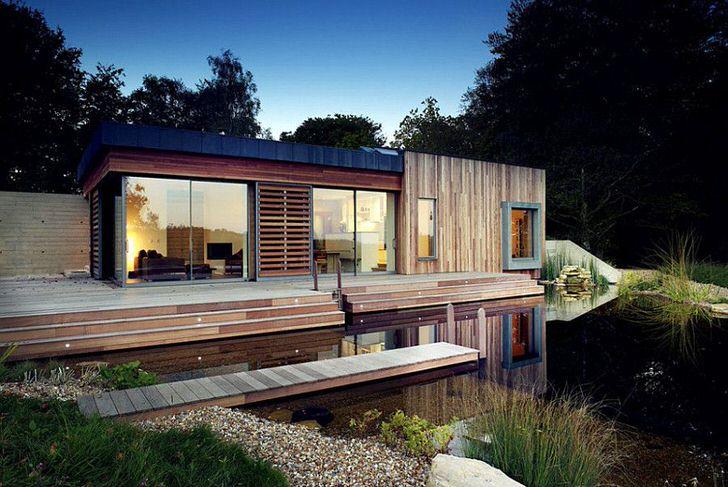 Малогабаритный модульный домик для дачи на берегу искусственного водоема. Необычное решение в стиле хай тек.