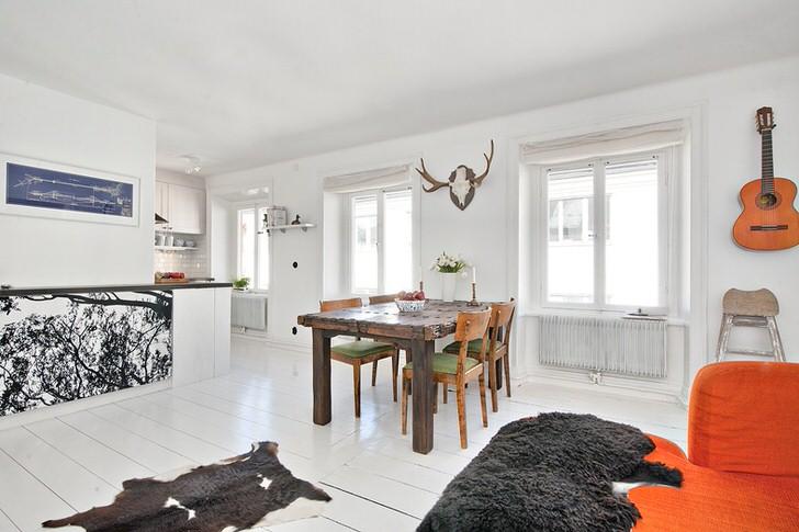 Отличным вариантом для оформления квартиры в скандинавском стиле является мебель из массива дерева.