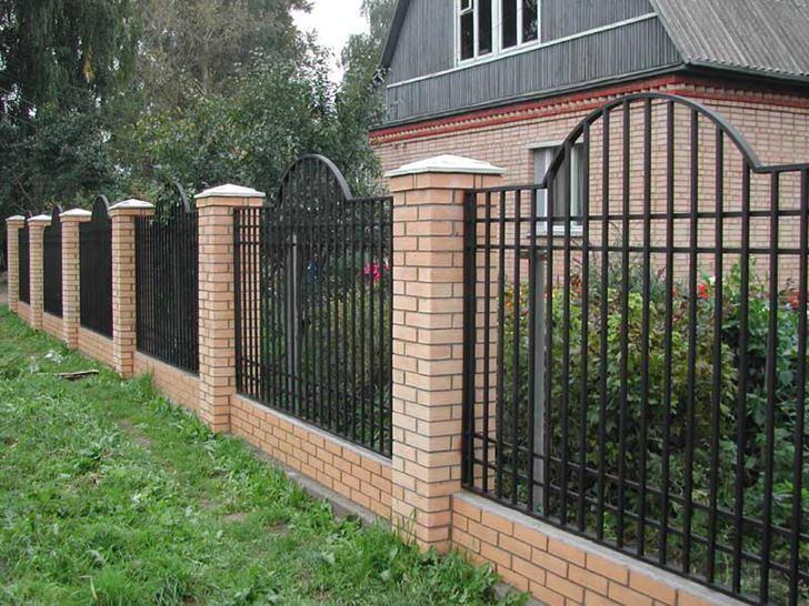 Элегантный модульный забор для небольшой дачи считается наиболее приемлемым вариантом.