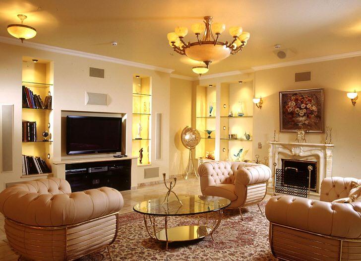 Гостиная в стиле модерн с большим камином, украшенным декоративной лепниной.