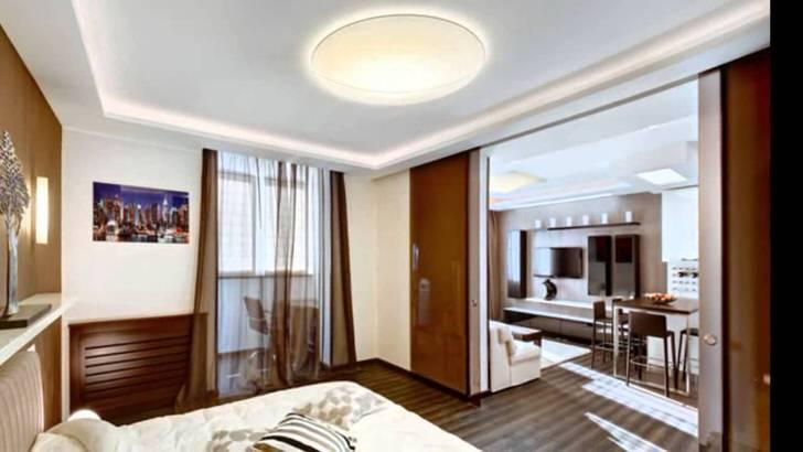 Квартира-студия размером 40 квадратных метров разделена при помощи раздвижных дверей на кухню-гостиную и спальню.
