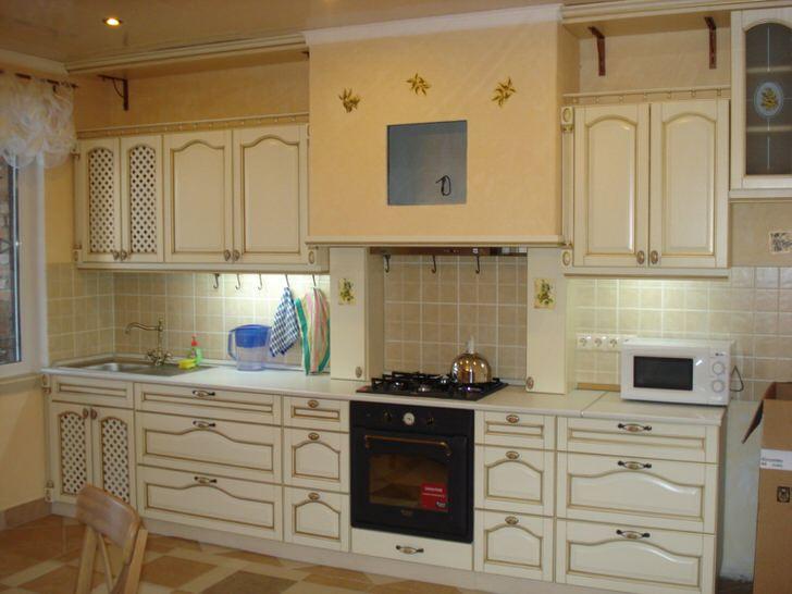 Кухня в одной из новостроек Москвы оформлена в средиземноморском стиле. Простые, лаконичные формы, скромная отделка золотого цвета, спокойная цветовая гамма - все, что нужно для уютного, милого дизайна.