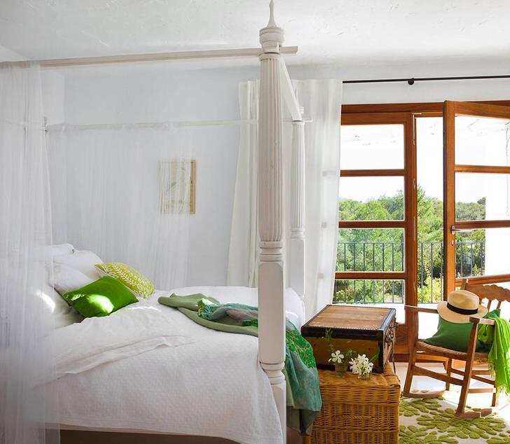 Полупрозрачный балдахин из невесомой натуральной ткани становится изысканным украшением спальни в средиземноморском стиле.