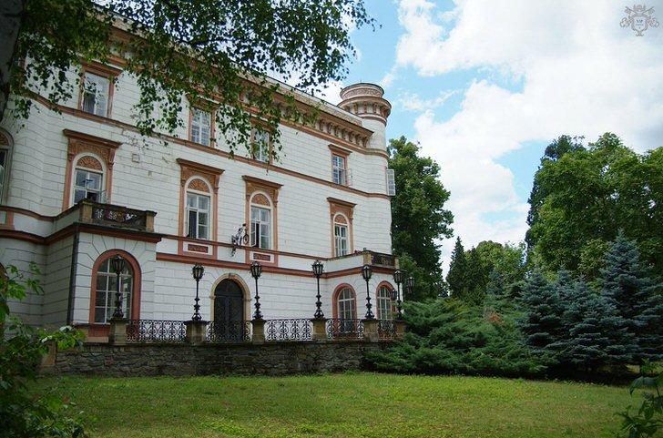 Стиль ампир тоже может быть лаконичным и сдержанным. Оформление дома приближено к классическом, но декоративные элементы фасада говорят о присутствии стиля ампир.