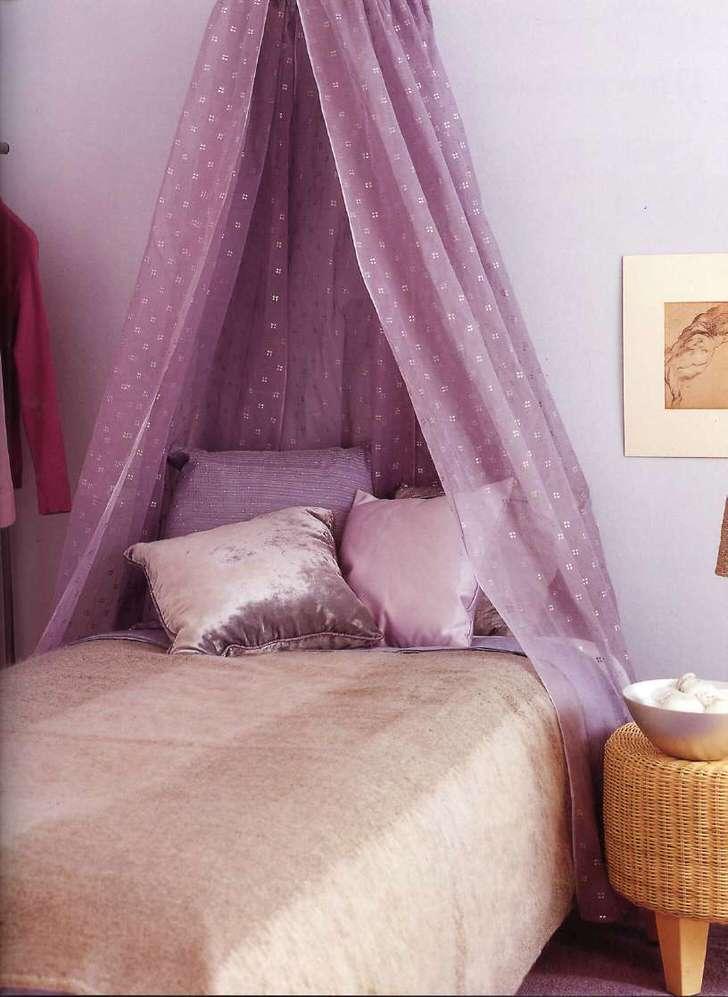 Легкий, воздушный балдахин светло-сиреневого цвета делает обстановку в комнате романтической и непринужденной.