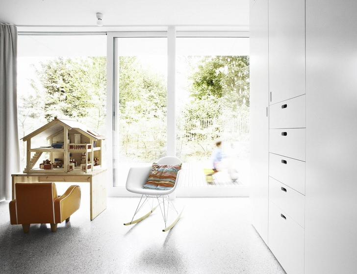 Пол и стены в детской в стиле минимализм должны быть однотонными. В качестве освещения лучше всего использовать небольшие потолочные люстры или светодиодное точечное освещение.