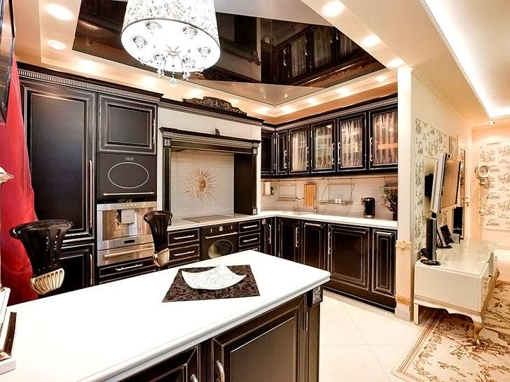 Стильное оформление подчеркнуто правильно подобранным освещением.Кухонный гарнитур из дерева в английском стиле привлекателен и функционален.