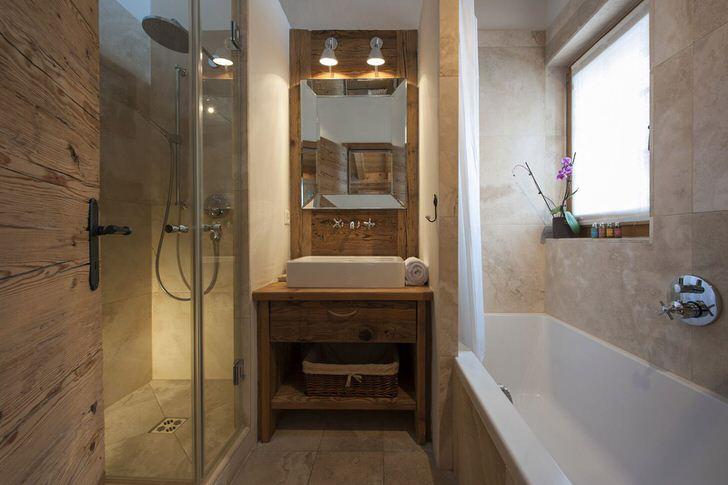 Просторный санузел в стиле шале организован предельно функционально. Тут есть все для любителей контрастного душа или горячей ванны.