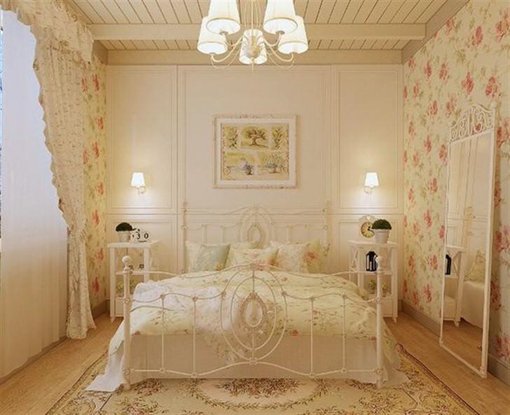 Атмосфера волшебной романтики в неоклассической спальне создана с помощью цветочных мотивов.