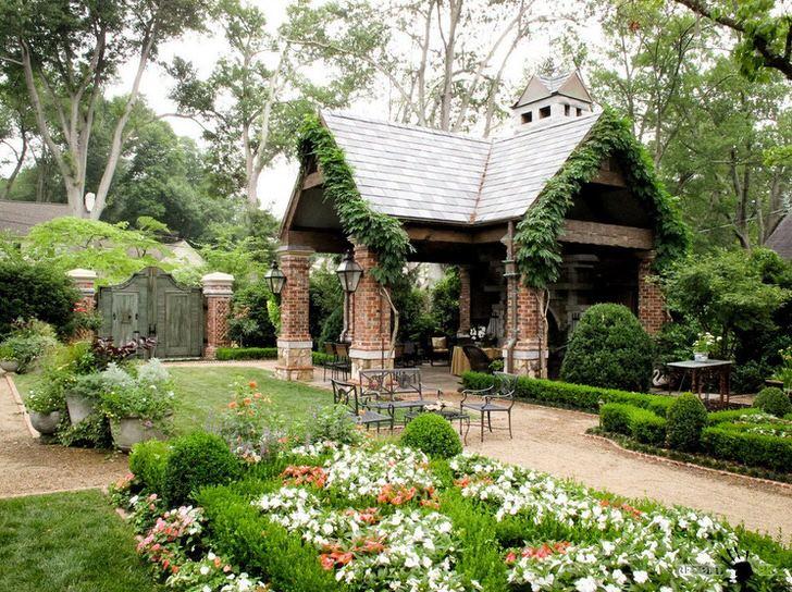 Изящная простота открытой беседки в стиле шале органично смотрится в роскошном, уютном саду.
