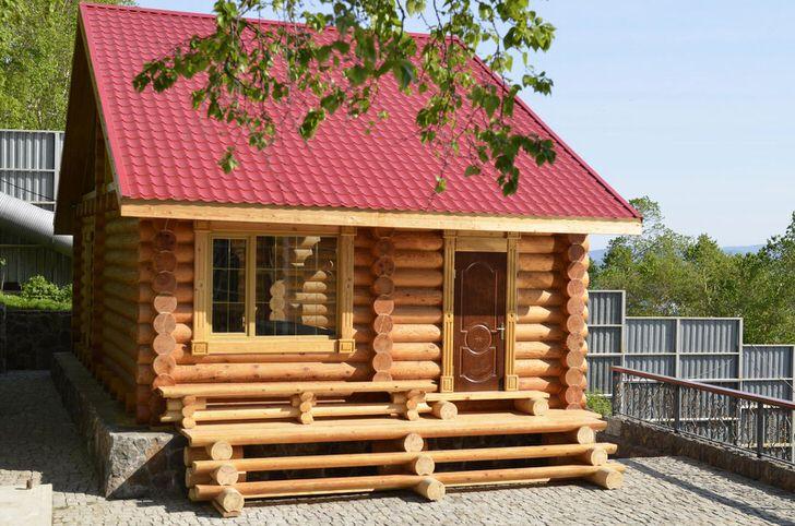Бревенчатое строение представляет собой небольшую, но уютную баню в стиле шале. Стиль примечателен своей натуральностью и скромностью.
