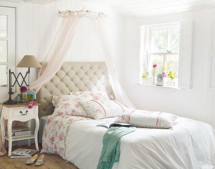 Средиземноморский стиль примечателен сочетанием светлых пастельных тонов в оформлении интерьера спальни.