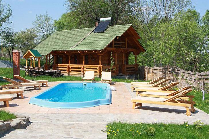 Интересным дополнение к бане в стиле шале становится небольшой бассейн. Зона отдыха оснащена раскладными шезлонгами из дерева.