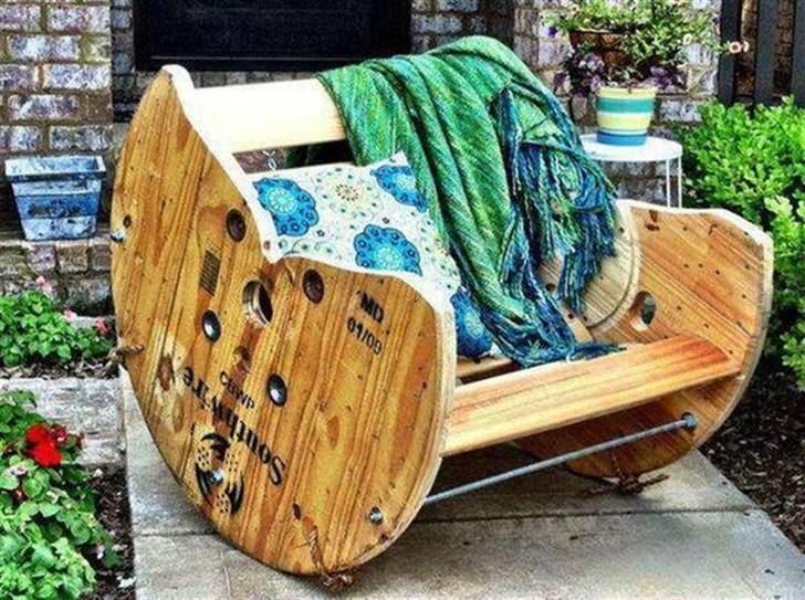Кресло-качалка из дерева для деревенского двора создана мастером в домашних условиях.