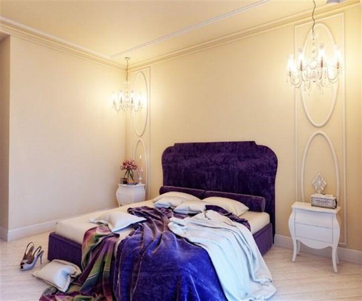 Насыщенный фиолетовый цвет выгодно смотрится на фоне светлой отделки стен. Стены легкого персикового оттенка украшает глиняная лепнина белого цвета.