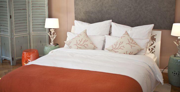 Пример правильно подобранных прикроватных светильников для спальни в средиземноморском стиле.