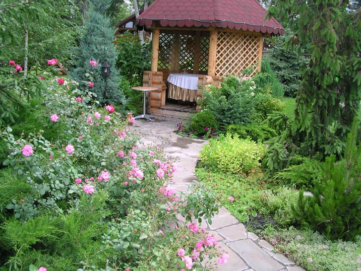 Беседка в стиле шале на загородном участке большого семейного дома. Двор в стиле шале уютен и привлекателен.