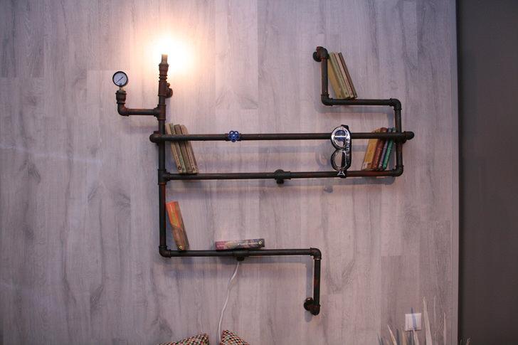 Интересное дизайнерское решение для оформления интерьера в стиле лофт - светильник, имитирующий коммуникации из металлических труб, может использоваться, как полка для книг.