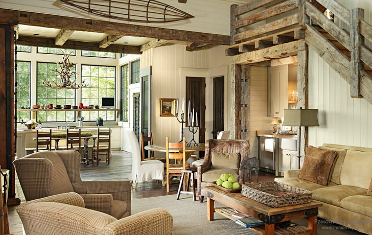 Правильно подобранное сочетание отделки и мебели в интерьере гостиной делает деревенский стиль креативным и необычным решением для оформления.