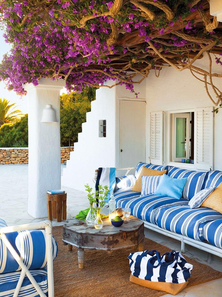 Для декора веранды использовались живые цветы. Наиболее экономичный и креативный дизайн.
