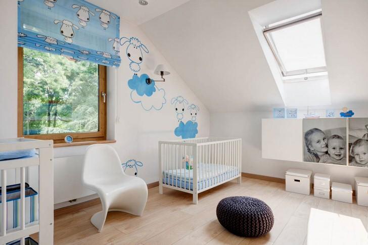 Дизайн интерьера детской комнаты в скандинавском стиле интересен креативным оформлением стен. Рисунки-наклейки - подходящий вариант для декора детской.