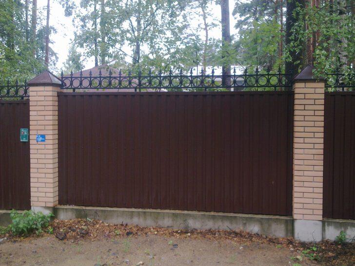 Модульный забор из профнастила украшен декоративным кантом, который также выполняет определенные функции обеспечения безопасности.