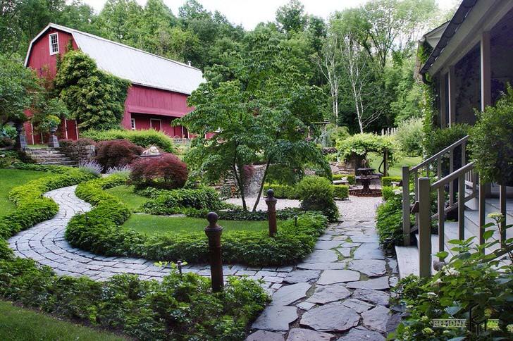 Современный деревенский двор неповторим в своем великолепии. Роскошный ландшафт с мощеной тропинкой создают атмосферу уюта и семейного тепла.